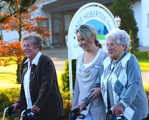 Beschäftigungstherapie - Spaziergang mit Pflegekraft