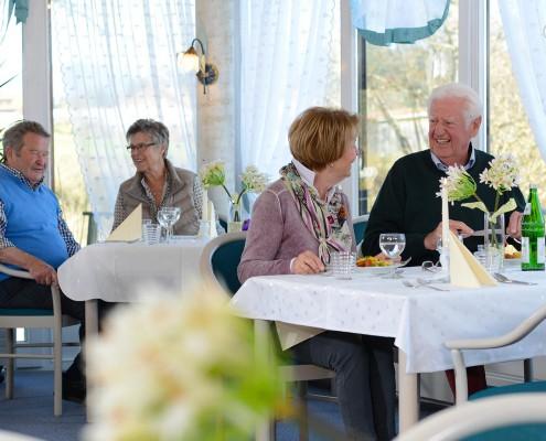 Zusammenkunft und Unterhaltung bei Tisch